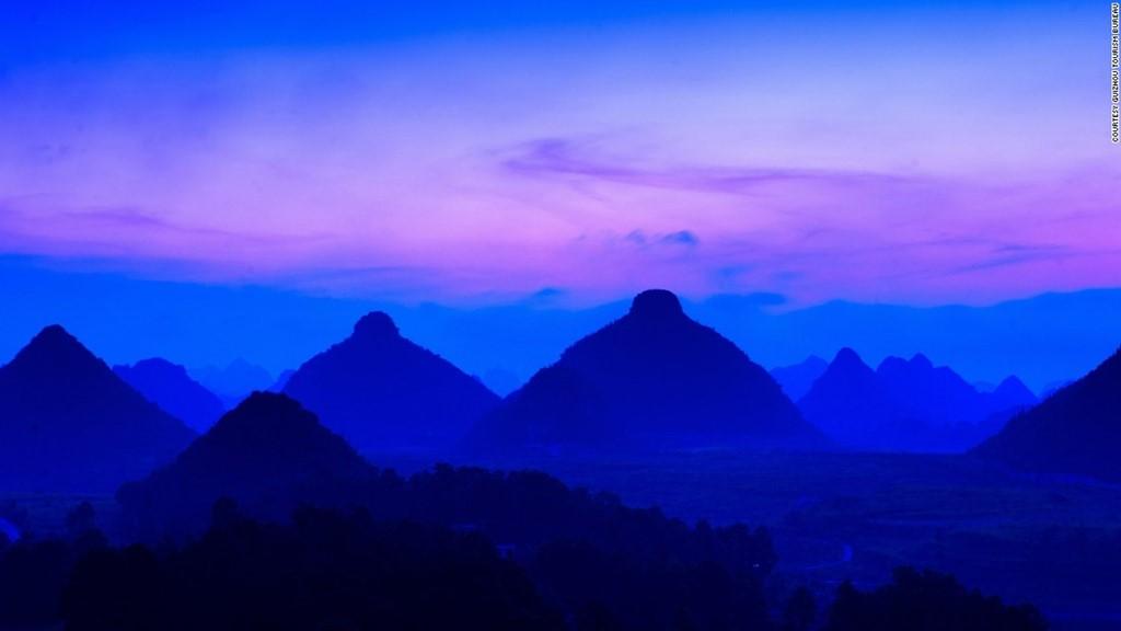 """""""Đôi gò bồng đảo"""" là hình dáng đặc biệt của 2 ngọn núi ở Quý Châu."""