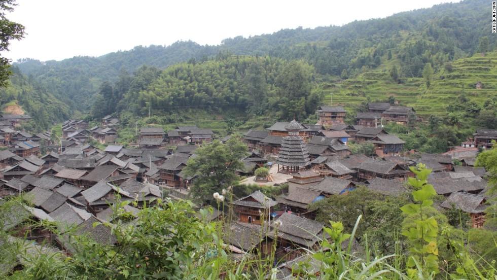 Người dân tộc thiểu số Dong ở phía đông nam Quý Châu xây nhà cửa, cầu và những ngọn tháp bằng gỗ mà hoàn toàn không dùng đinh.
