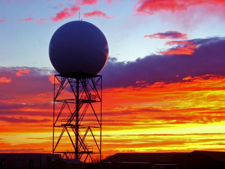 Cái cục tròn tròn này chính là hệ thống Radar đo mây đo gió đấy các anh chị ạ!
