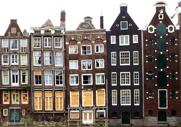 Những ngôi nhà ở Amsterdam san sát và hẹp.