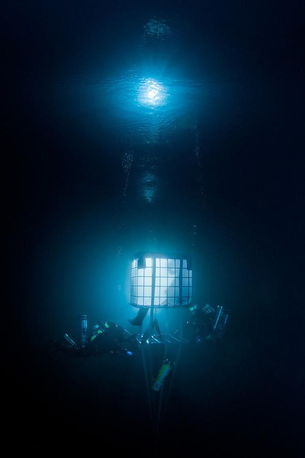 Thợ lặn đang sử dụng các thiết bị chuyên nghiệp để khám phá Goluboe.