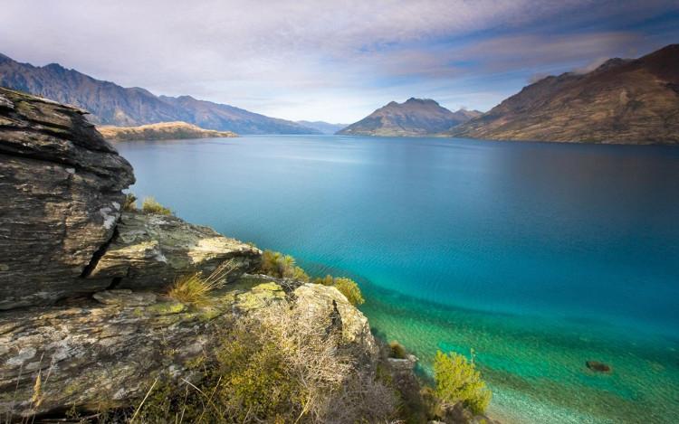 Bạn có thể ngờ, ẩn bên dưới vẻ đẹp tuyệt vời đến kỳ diệu của mặt hồ êm ả này, vẻ đẹp yêu kiều của mặt hồ trong xanh này....