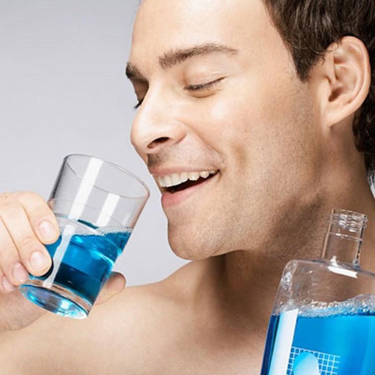 Không nên sử dụng nước súc miệng màu xanh lá cây hoặc xanh da trời cồn làm khô bề mặt răng