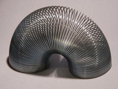 Đồ chơi lò xo uốn này được phát minh bởi một kỹ sư hải quân.