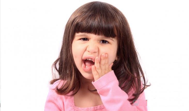 Trẻ mọc răng có thể sốt hoặc không sốt. Phần lớn, trẻ sốt trong quá trình mọc răng là do viêm lợi.