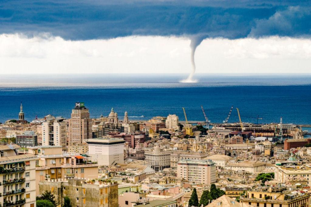 Một cơn lốc xoáy tại Genoa, Italy.