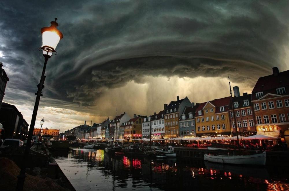 Mưa dông trên bầu trời Copenhagen, Đan Mạch.