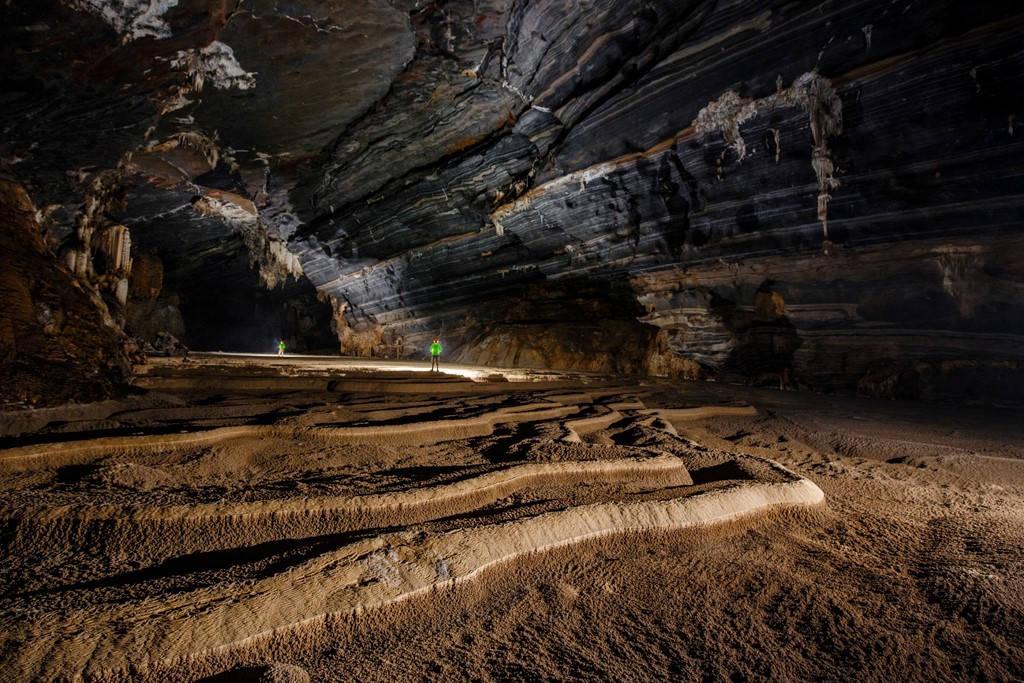 Điểm nổi bật nhất của hang Tiên 2 chính là những viền (vân) đá kỳ ảo trên các trần hang.