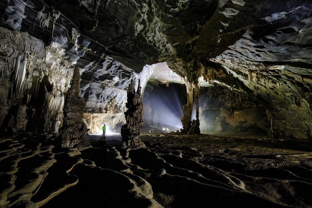 Hang Tiên 2 và hang Tiên 1 đều thuộc loại hang động khô, chỉ tạo suối vào mùa lũ.
