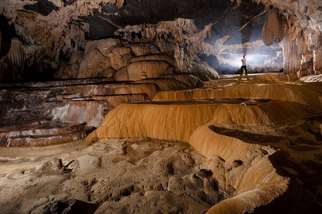 """Những khối thạch nhũ được hình thành từ hàng trăm năm với nhiều hình dạng, tạo nên vẻ đẹp của hang động được xem là """"nơi tiên xuống trần dạo chơi lạc lối, quên cả đường về""""."""
