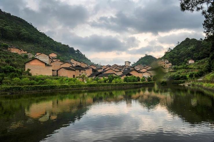 Với tuổi đời 1.103 năm, cộng thêm được thiên nhiên ưu đãi, ngôi làng Chenqiao ở vùng núi huyện Zhouning, thành phố Ninh Đức, tỉnh Phúc Kiến, miền Nam Trung Quốc