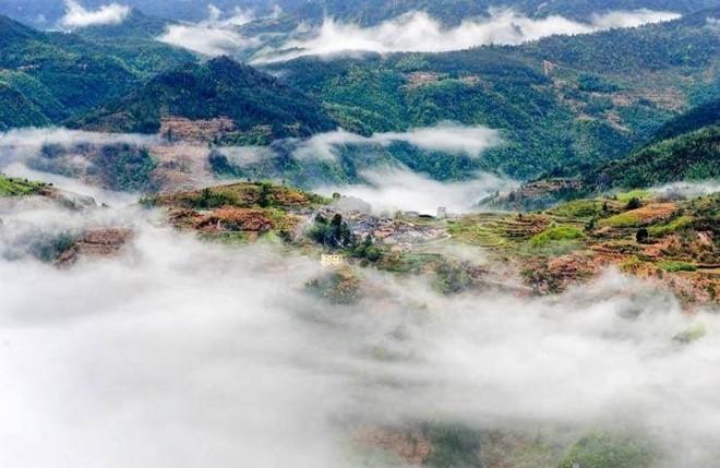 Mây mù bao phủ từ xa quanh ngôi làng càng tạo nên vẻ kỳ bí hoang sơ.
