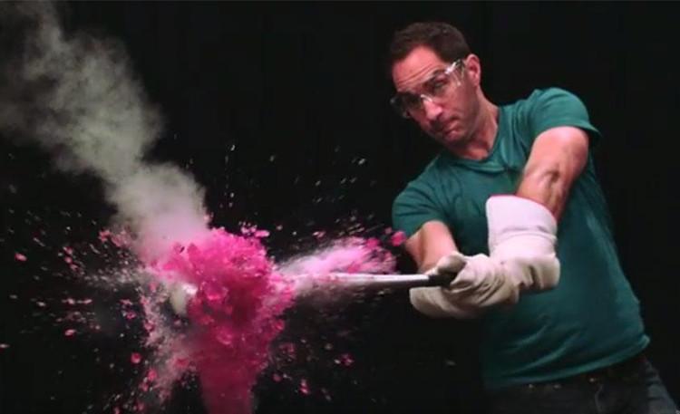 Quả dưa hấu vỡ nát sau khi đóng băng trong dung dịch nitơ lỏng. (Ảnh: Wired/Youtube).