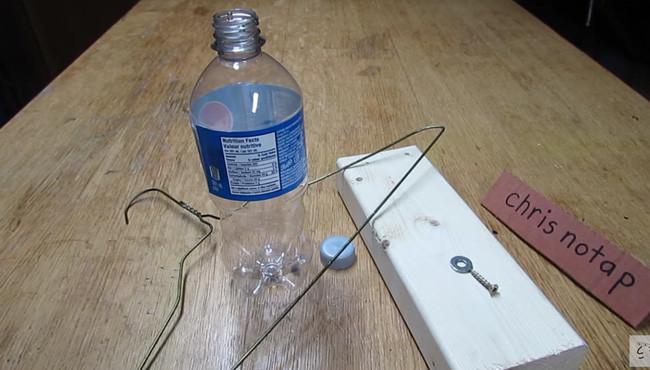 Bẫy chuột làm từ vỏ chai nhựa.