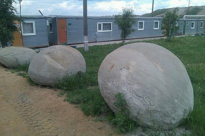 Mười khối cầu đá có kích thước lớn bằng một nửa người trưởng thành và đường kính khoảng một mét, tròn trịa và trơn nhẵn