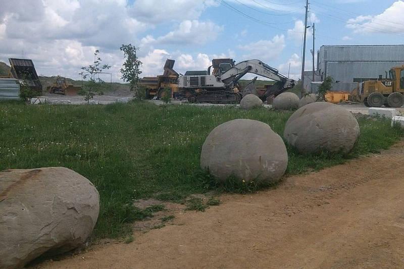 Những khối cầu nằm gần nhau được một nhà khai quật tìm thấy ở mỏ than đá Sereulsky tại quận Nazarovo thuộc vùng Krasnoyarsk, Siberia.