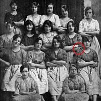"""""""Cánh tay ma"""" trong bức ảnh 100 năm tuổi"""