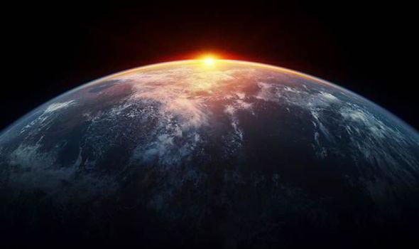 Tốc độ quay của Trái đất đang chậm lại, đó là lý do vì sao chúng ta có giây nhuận.