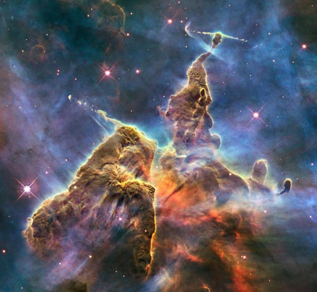 Hình ảnh giao nhau của 3 đám mây bụi vũ trụ nhỏ có kích thước 3 năm ánh sáng thuộc tinh vân Carina.