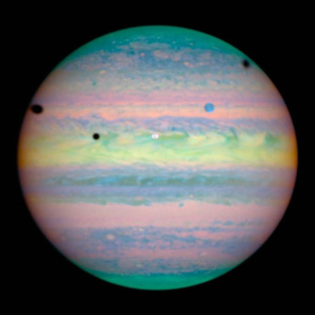 Ảnh chụp sao Mộc được Hubble ghi lại năm 2004, trong ảnh cũng cho thấy 5 mặt trăng của Mộc tinh đang bay quanh nó.