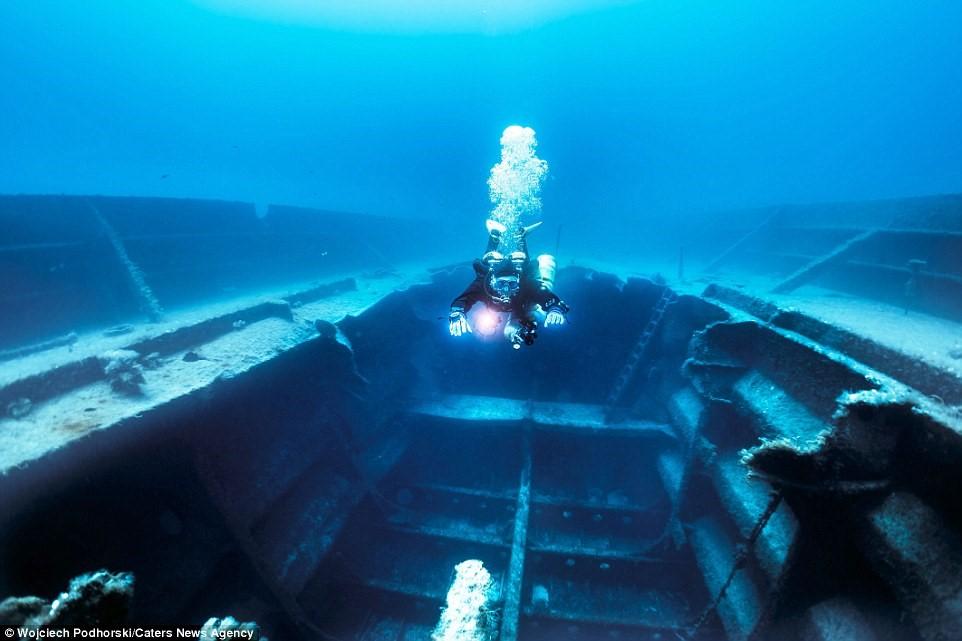 Một thợ lặn đang bơi trong P29, trước kia 4là tàu tuần tra của Malta, nằm ngoài khơi Gozo.