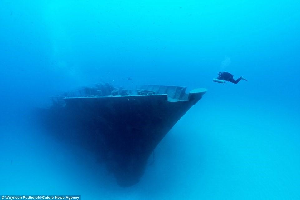 Tàu Um El Faroud được thả chìm xuống đáy biển sau một vụ nổ gas trong quá trình bảo trì vào năm 1995.