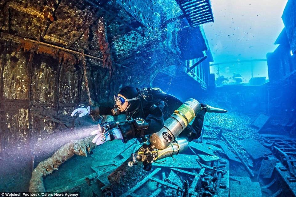 Năm 1992, tàu Rozi chuyên thực hiện các tour dưới nước dưới sự điều hành của hãng du thuyền Captain Morgan.