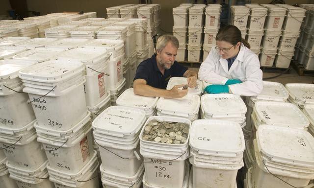 Những thùng đựng tiền cổ của kho báu Thiên Nga Đen.