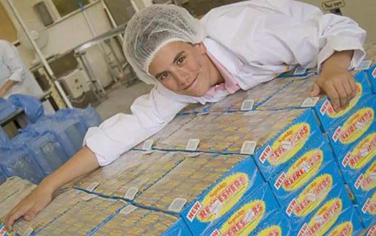 Công việc đơn giản này là nếm thử những công thức chế biến kẹo của nhà máy.