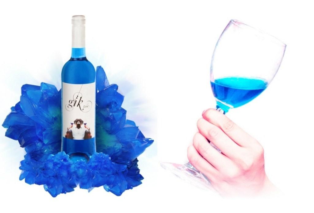 Họ đã pha trộn nho đỏ và trắng để làm rượu, sau đó tạo ra màu xanh saphire đẹp mắt bằng cách trộn anthocyamin, sắc tố tự nhiên trong vỏ nho hoặc màu chàm chiết xuất từ cây tùng lam.