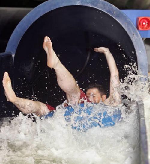 Thử ống trượt nước ở các khu nghỉ dưỡng là một trong những nghề tuyệt vời.