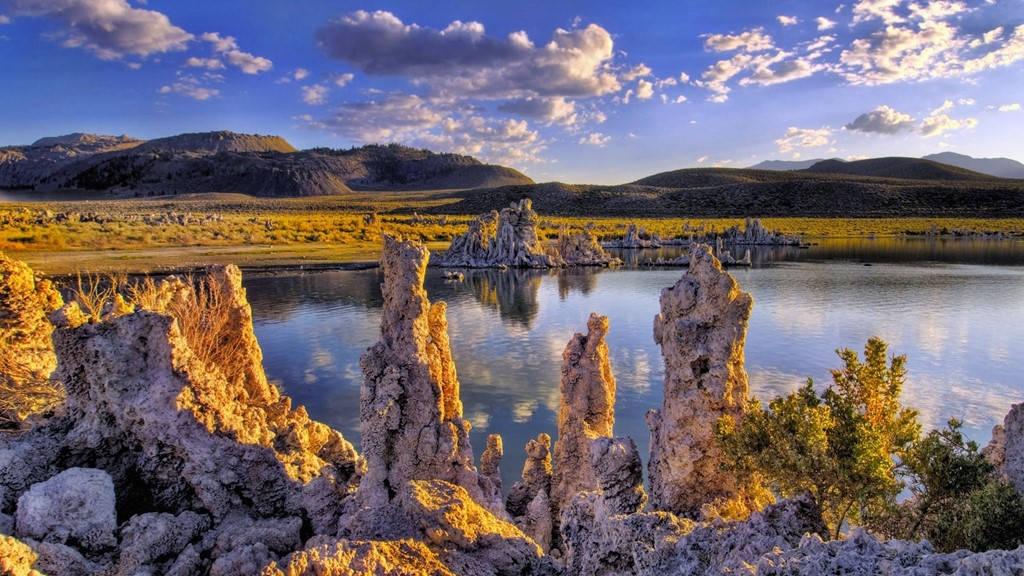 Hồ Mono, California, Mỹ9Nước hồ có hàm lượng muối cao gấp 3 lần nước biển và độ pH là 10.
