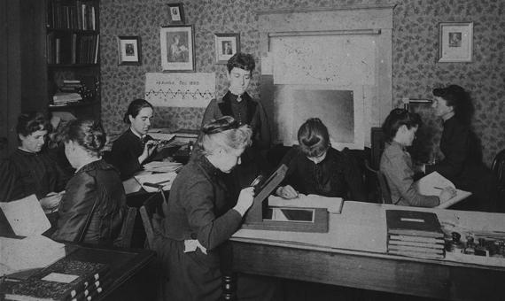 Williamina Fleming và nhóm nữ cộng sự làm việc cho Edward Charles Pickering tại Đài quan sát Harvard