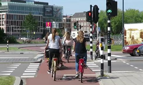 Phần đường dành riêng cho xe đạp và người đi bộ với đèn tín hiệu riêng. (Ảnh từ video).