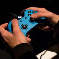 Nhắn tin và chơi game thường xuyên làm mòn các khớp xương