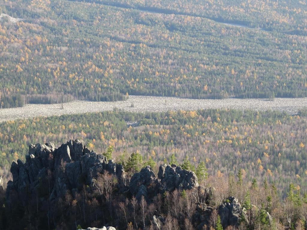 Trọng lượng của khối băng khổng lồ làm đỉnh ngọn núi bị vỡ vụn thành hàng triệu tảng đá lớn. Khi băng tan chảy, những tảng đá trượt xuống, dải đều từ đỉnh xuống chân núi tạo thành sông đá Big Stone như ngày nay.