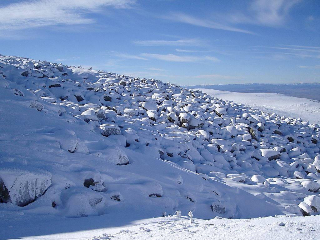 Một dòng sông đá khác có chiều rộng 300m tại thung lũng Vitoshka Bistritsa và một số đá nữa ở núi Vitosha được hình thành trên sườn núi.