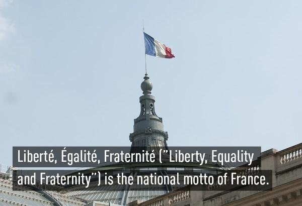 """""""Tự do, công bằng, đoàn kết"""" là khẩu hiệu quốc gia của Pháp."""