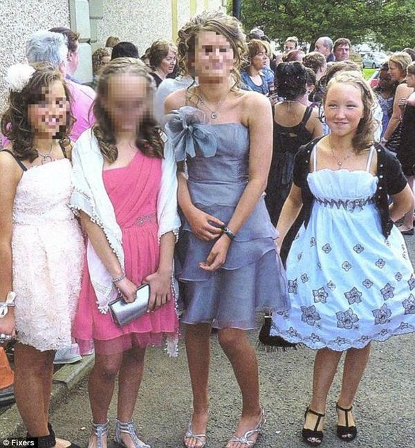 Rebekka vui vẻ với bạn bè khi là một cô gái xinh xắn.