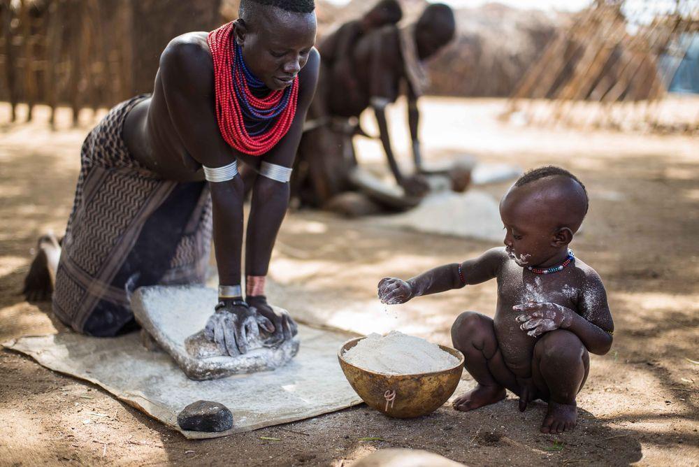 Phụ nữ Karo được biết đến là những người lao động rất cần mẫn và luôn chăm lo cho gia đình của mình.