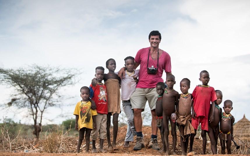 Nhiếp ảnh gia Massimo chụp ảnh cùng với những đứa trẻ