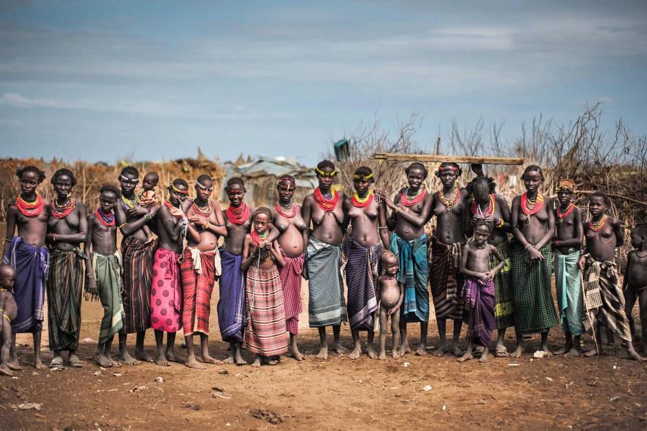 Ngôi làng của những người thuộc bộ tộc Dassanech, hiện chỉ có phụ nữ và trẻ em vì toàn bộ đàn ông đều đi săn bắn ở xa.