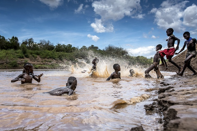 Những đứa trẻ Karo đang vui đùa và tắm dưới sông Omo.