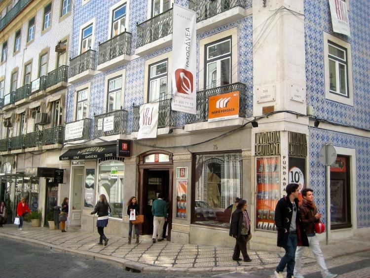 Hiệu sách Bertrand được thành lập năm 1732, tọa lạc tại thủ đô của Bồ Đào Nha - Lisbon.