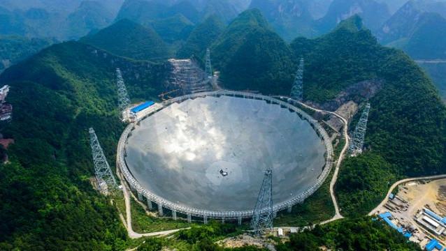 Kính viễn vọng vô tuyến lớn nhất thế giới FAST chính thức hoàn thành.