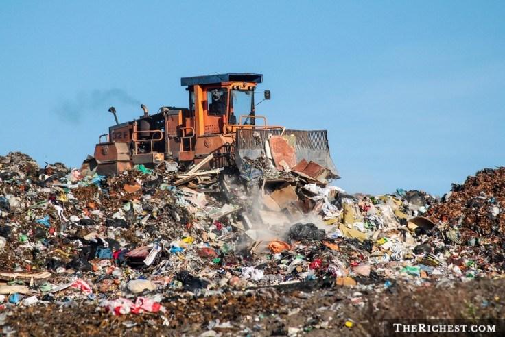 Con người ngày càng xả nhiều rác thải.
