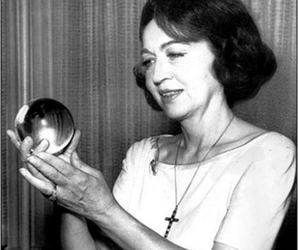 Nhà chiêm tinh học Jeane Dixon nổi tiếng thế giới khi đưa ra lời tiên tri chính xác về vụ mưu sát Tổng thống Mỹ John F. Kennedy.