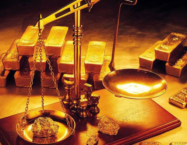 Cách phân biệt vàng thật, vàng giả đơn giản nhất đó là dựa vào trọng lượng.