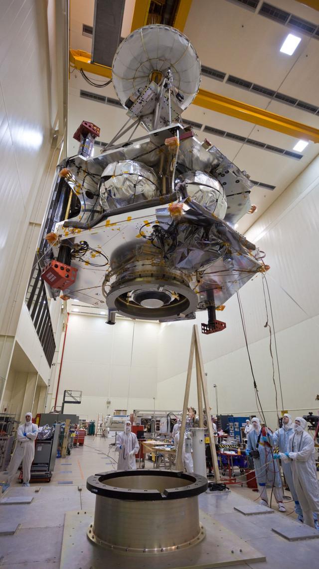 Tàu Juno trong Phòng thí nghiệm Jet Propulsion, California.