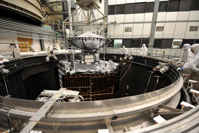 Tàu Juno được đưa vào ống chân không khổng lồ để thử nghiệm.